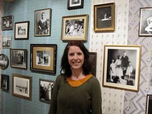 Ida Rödén i sin utställning.