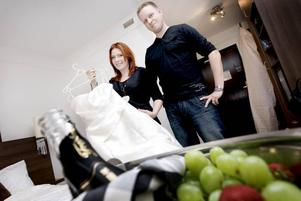 TRE RESOR. Lindas och Marcus bröllopsklädsel har krävt tre resor mellan Nyköping och Gävle för provning, och en sista justering dagen för vigseln i Böna kapell i lördags.PUSS ÄLSKLING! Inom 24 timmar är de herr och fru Linda och Marcus Augustsson.
