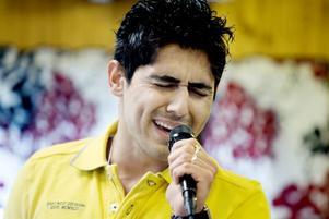 EN DRÖM. Traditionella sånger från Irak bjuder Alan Azad från Kurdistan på. Han får stora applåder.Foto: Catharina Sandström