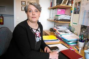 Åsa Bergkvist (S) beklagar att man inte lyckats tillsätta de vakanta sjukskötersketjänsterna. Här finns en viktig förklaring till vård- och omsorgs pengaöverskott 2017.
