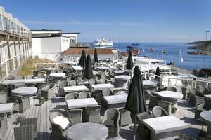 Från de 2 000 kvadratmeter stora terrasserna har man bland annat utsikt mot hamnen där Eckerölinjen lägger till.