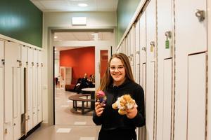 Molly fick två priser av Lions när de uppvaktade henne i Själevadskolan.