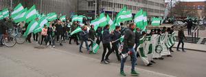 Polisen stoppade trafiken tillfälligt när Folkets marsch svängde in på Vasagatan...