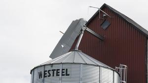 En takplåt hade fastnat på ett torn och dinglade oroväckande i vinden.