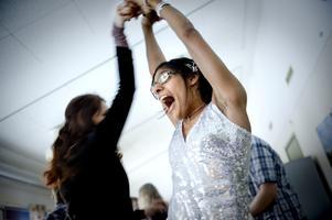 Dans före maten. Kavita Uggla liknar mest av allt en dansande drottning.