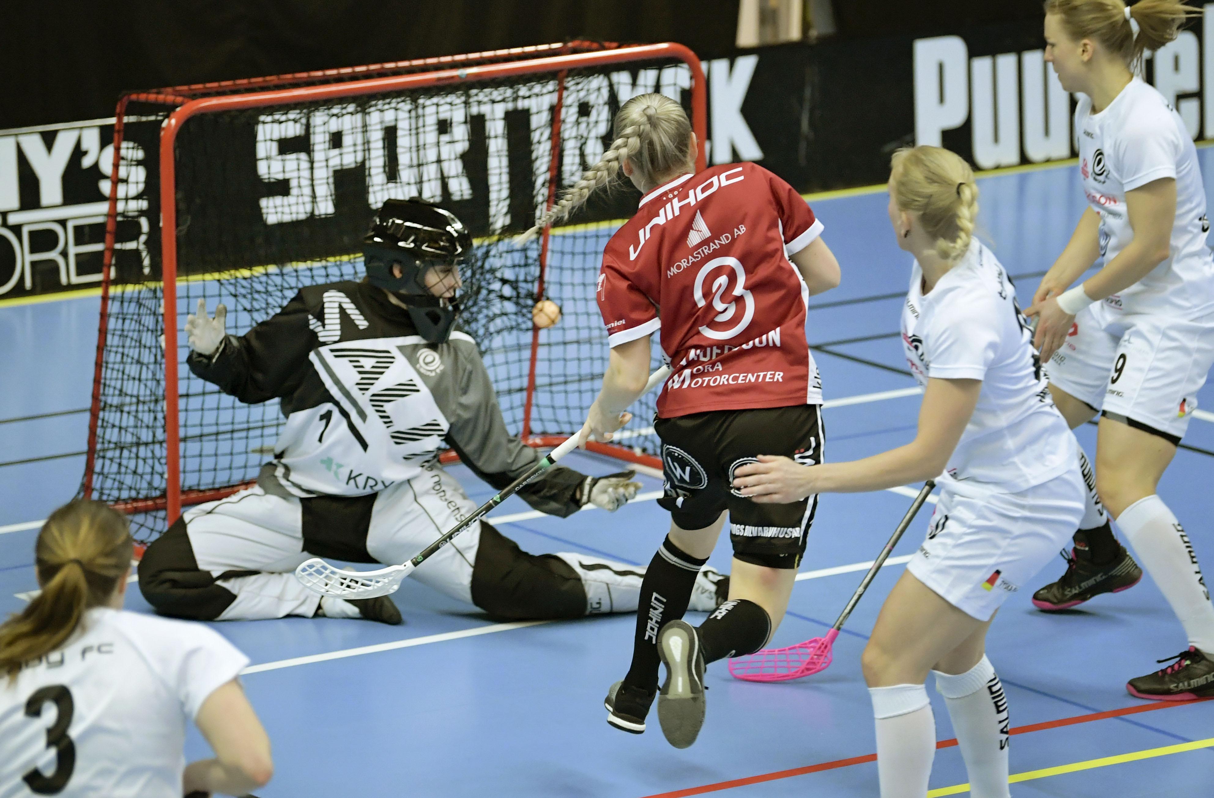 Här släpper Alexandra Durling in ett mål mot Mora tidigare under säsongen. Bild: Janerik Henriksson/TT.