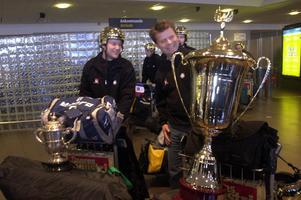 Kenth Hultqvist (till höger) på Arlanda med VM-bucklan efter segern 2003. Foto: Fredrik Sandberg/TT