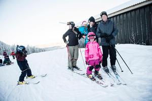 Agneta Innergård, Selma Innergård, Jakob Innergård, Esther de Wall och Hans de Wall från Täby och Lidingö var i Sollefteå för att åka skidor och fira nyår.