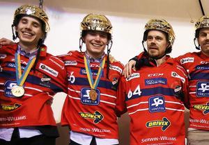 Tuomas Määttä, Tommi Määttä och Daniel Välitalo guldfirar tillsammans efter finalsegern mot Bollnäs 2017.