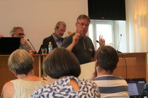 Kommunstyrelsens ordförande Mikael Löthstam (S) ser positivt på kommunen och dess framtid trots den ekonomiska situationen.