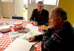Stefan Wallsten, Sten-Ove Danielsson visar framtagna ritningar för Fränsta sim- och sporthall.