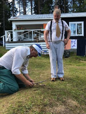 Rutinerade Lars-Eric Bjelkström till vänster och Ulf Nilsson gör bägge strålande rollprestationer. Här i en udda naturstudie. Bild: Hanna Westman