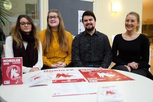 Studenterna som jobbat med att ta fram den grafiska profilen till Nordlek 2018. Från vänster: Julia Dalén, Sofia Backollas, Daniel Andersson och Jenny Larsson.