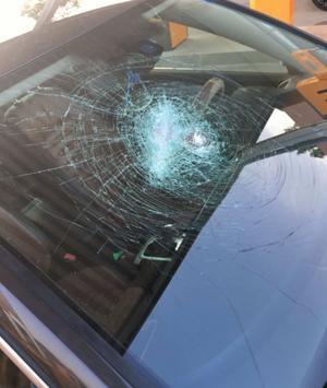 Inför rätten vittnade brottsoffret om hur en av de åtalade männen slog sönder vindrutan på hans bil med macheten, när han flydde från platsen. Bild: Polisens förundersökning