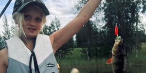 Wilma Persson med en abborre. Inte lika stor dock som Håkan Selins, vinnare av poängligan i Fiskeligans andra period.