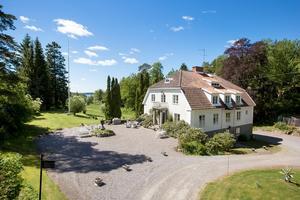 Foto: Mäklare Carlsson ring. Bastedalens herrgård byggdes 1934 på en udde i  Vättern.