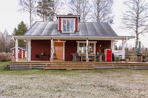 Rött med vita knutar. Torpet är på 84 kvadratmeter och ligger i Harvbodarna mellan Matfors och Njurunda. Bild: Svensk fastighetsförmedling