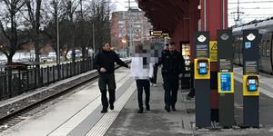 Polisen grep två personer på måndagen.