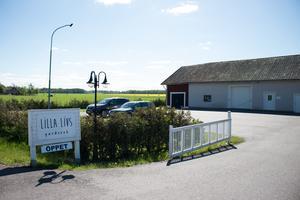 Butiken ligger mitt emot Byrsta brandstation utanför Kumla och har öppet onsdag till lördag.