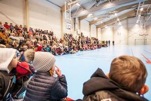 Många människor kom till invigningen för att fira den officiella öppningen av Svenstahallen.