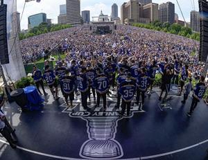 St Louis hjältar hyllas i parken vid Gateway Arch. Bortåt en och en halv miljon människor på fötterna för stans första Stanley Cup-mästare i lördags. Bild: Privat