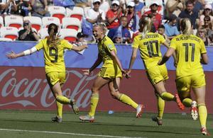 Svenskt jubel efter Aslanis 1-0 mål i bronsmatchen. Foto Claude Paris / TT