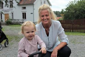 Molly körde traktor hon med. – Vi är mest här för djuren men vi kan nog tänka oss att gå och titta på traktorerna också, säger bonusmormor Camilla Hellström.