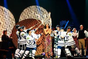Leksands IF fick vara med på scenen 2009 i Petra Medes öppningsnummer.