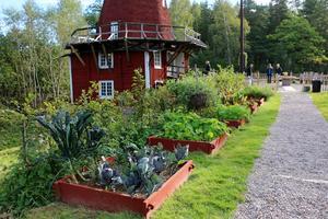 Utanför kvarnen finns det flera planteringar som skapades i tv-programmet.