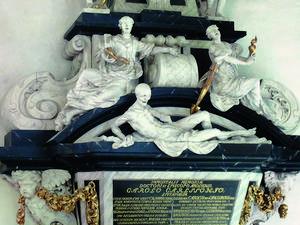 Ett av flera magnifika barockmonument i Domkyrkan. Den utmärglade döden vilar tillsammans med två oberörda kvinnor på biskop Carl Carlssons grav från 1708. De tre symboliserar tro, hopp och kärlek. Foto: Rikard Carlsson