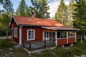 Fritidshus med naturskön tomt och sjön ett stenkast från huset. Foto: Jona Granth.