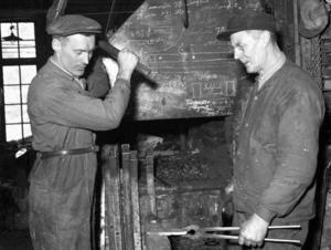 Gunnar och Jonas Östberg i den ursprungliga smedjan. Året är 1952. Foto: Ösa-arkiv