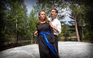 Kärleksparet Lysander och Hermia är i trubbel. Christer Cavallius och Maria Eriksson i rollerna.