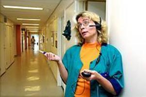 Foto: LEIF JÄDERBREG Tillgänglig. Distriktssköterska Inga-Lill Söderlund på Bomhus hälsocentral svarar direkt när det ringer. På de andra hälsocentralerna i Gävle är det flera timmars telefonkö, om det överhuvud taget är någon som svarar. - Det är jättemånga från andra hälsocentraler som försöker ta sig in här, men de får nej, säger Inga-Lill Söderlund.