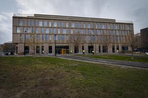 Jag undrar hur det gick till när Stordalen fick tillstånd att bygga sin betongkoloss mitt i Sundsvall. Den skulle passa bra i förort till Moskva, skriver Lena Norell.