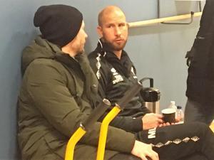 Axel Kjäll, t v, samtalar med Tvååkers tränare Mattias Lindström, den förre HIF-ikonen, efter matchen.