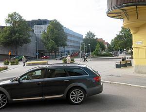 Engelbrektsplan, vid Vasagatan/Engelbrektsgatan är en rörig plats med bristande trafiksäkerhet, anser Sven-Gunnar Wallin.
