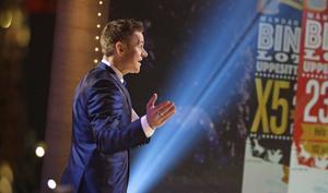 Bingolottos programledare Rickard Olsson har nu överträffat självaste Leif