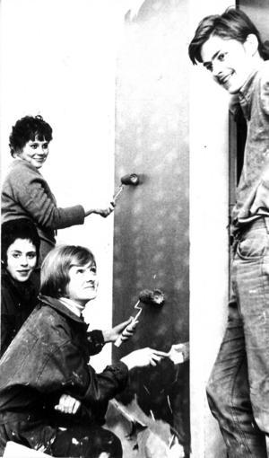"""1970 fräschade ungdomarna i Backe själva upp ungdomsgården. Målade och tapetserade gjorde Marianne Mähler, Lena Ohlson och Ylva Andersson med Bertil Eriksson som enligt ÖP """"basade""""."""
