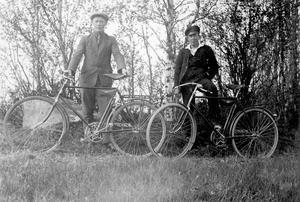 Två tidiga cyklister i Börtnan. När cykeln hade kommit gick det att färdas relativt fort efter vägen. Skogsbolagen byggde en cykelväg längs Ljungan, den så kallade Velocipedvägen. Fotograf okänd