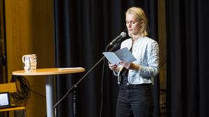 Beata Berggren läste ur boken hon själv översatt av den amerikanska poeten Lorine Niedecker.