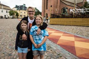 Linda, Mimmi och Maja Wallin beundrar trasmattan.