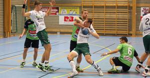 Förre Rimbospelaren Johan Lundgren är populär hos Rimbopubliken. Men när matchen är i gång får han känna att han lever. Här är det Rimbos Robin DE Wall som stoppar honom.