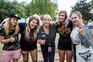 Reporter Sofie Lind hängde med hårdrocksbandet Browsing  Collection på Peace & Love-festivalen