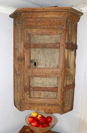 Där finns också ett riktigt gammalt hörnskåp som saknar datering.
