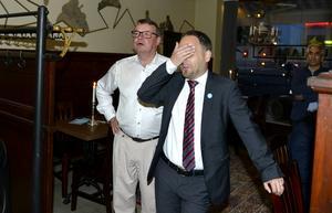 2014. Nervkittlande spänning på Moderaternas valvaka på Gambrinushallen. Jörgen Berglund, till höger, vågar nästan inte titta. Här tillsammans med Mikael Gäfvert.