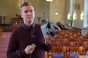 Stellan Öström visar VR-glasögonen som möjliggör turen upp i tornet.