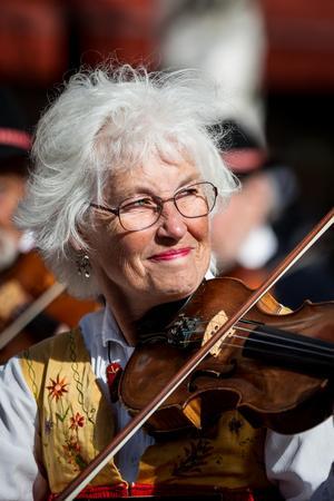 Gunnel Sjögren Bodén har spelat fiol sedan hon var tio år gammal. Först när hon var 30 år började hon att spela folkmusik, innan det ljöd endast toner av klassisk musik kring henne.