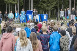 Personalen på Fjällängsskolan bjöd eleverna på sång och spex om sopsortering  när första skoldagen började.