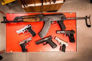 De här typerna av vapen är bland de vanligaste beslagen som polisen gör just nu. AK-47:an (Kalasjnikov) kommer från forna Jugoslavien. De två pistolerna till vänster är gasvapen som byggts om.